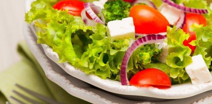 Brokolių, pomidorų ir fetos salotos