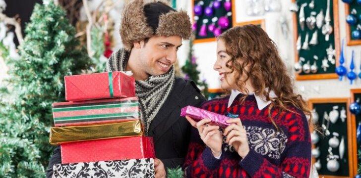 """<span style=""""color: #ff0000;"""">Kalėdinių dovanų</span> prietarai: kas neša sėkmę, o ko geriau vengti?"""