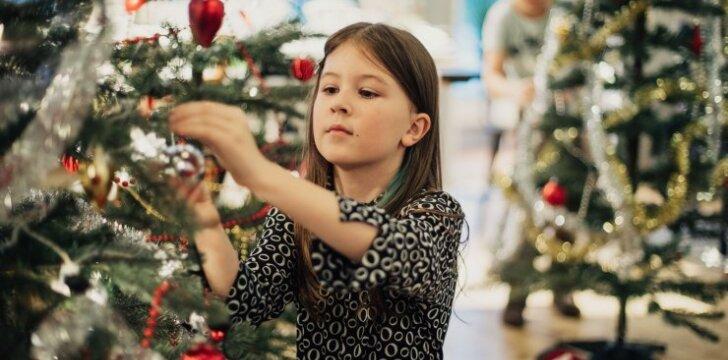 Linksmas eksperimentas: vaikams suteikė laisvę puošti Kalėdų eglę kaip tik širdis geidžia
