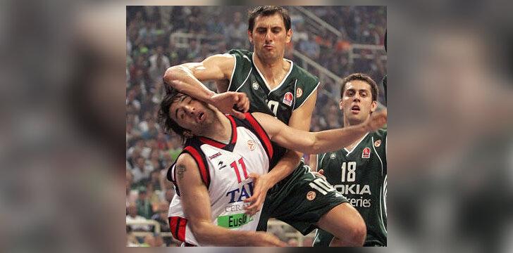 """Serkan Erdogan (""""Tau Ceramica"""") kovoja su Nikolas Chatzivrettas (""""Panathinaikos"""")"""
