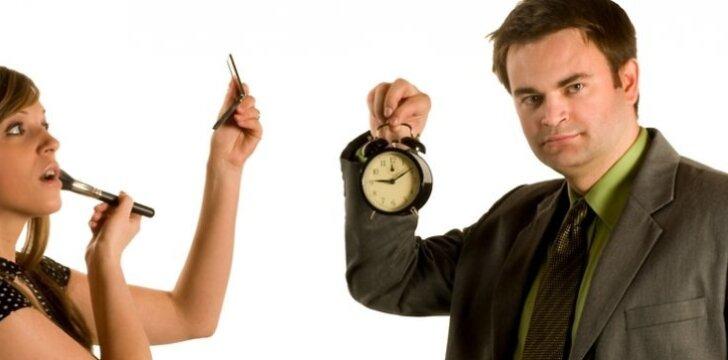 Vyrui ne itin patinka, kai moteris nesugeba susiruošti laiku į svečius.