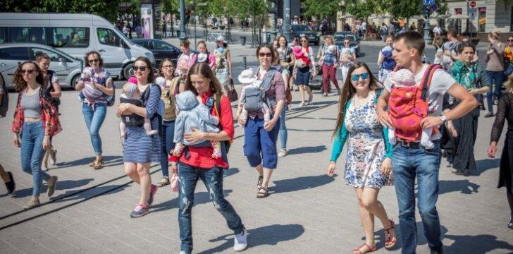 Vilniaus gatvėse praeiviai su šypsenomis lydėjo neeilinį kūdikių paradą