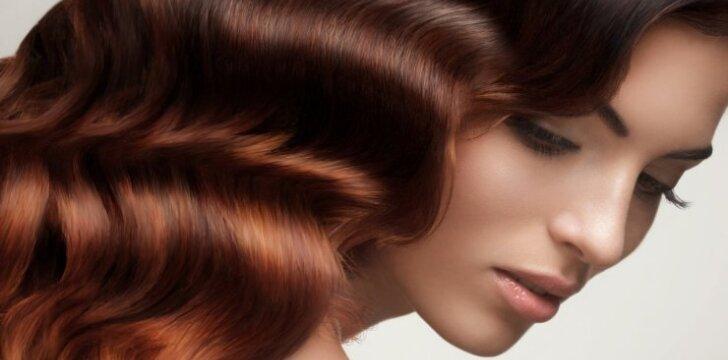 Mergina gražiais plaukais