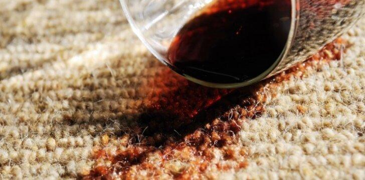 Kaip valyti raudonojo vyno dėmes: praktiški patarimai