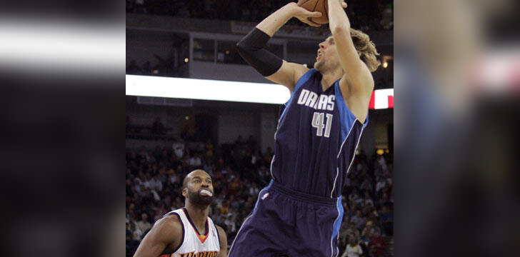"Baronas Davisas (""Warriors"") stebi Dirko Nowitzki (""Mavericks"") metimą"