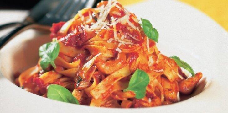 Makaronai su riešutų ir džiovintų pomidorų padažu