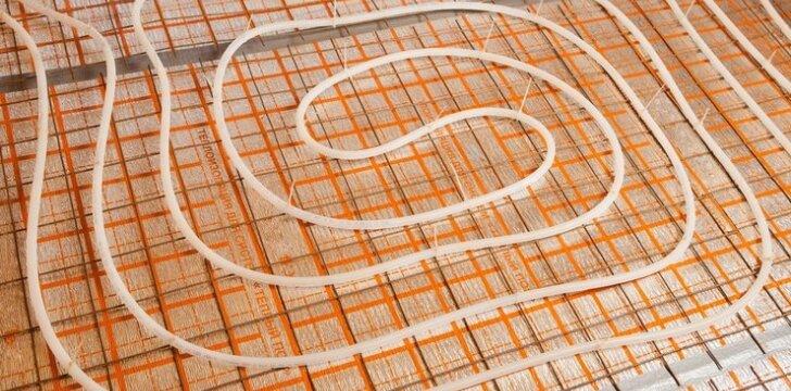 Šiluma, einanti iš grindų: ką reikia žinoti apie grindinį šildymą