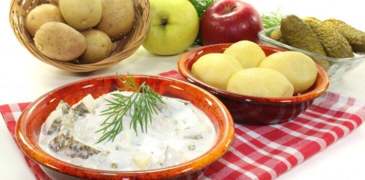 Močiutės gaminta silkė su obuoliais ir raugintais agurkėliais