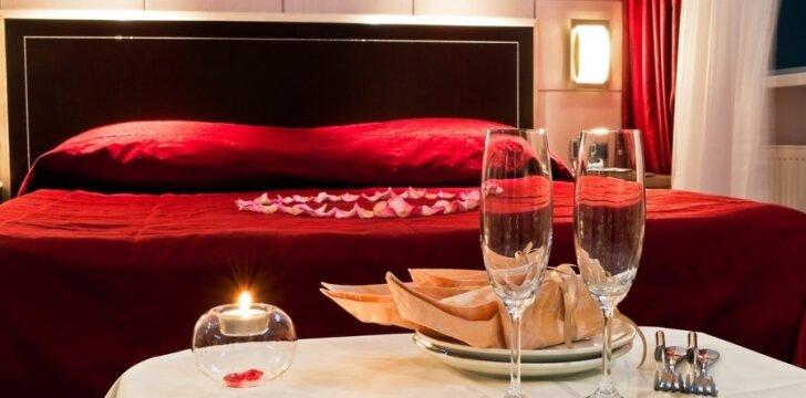 Raudona antklodė, žvakės, rožių žiedlapiai... Tai tinka ne tik Valentino vakarui.