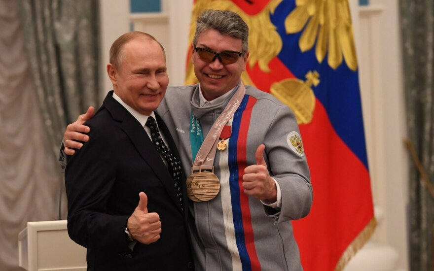 Vladimiras Putinas (kairėje), Pjongčango parolimpinis prizininkas Valerijus Redkozubovas