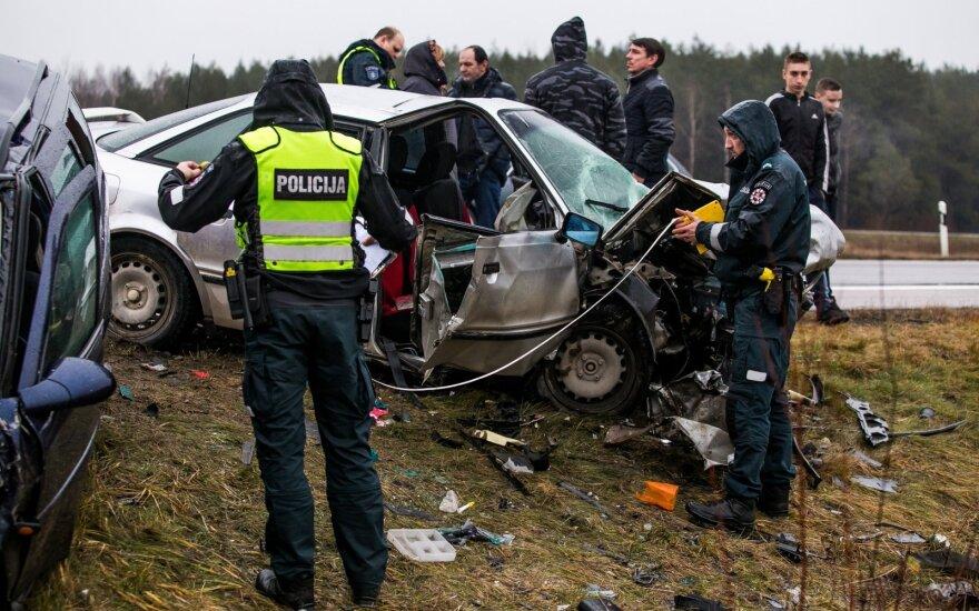 Skaudi avarija Vilniaus rajone: ugniagesiai vaduoja automobiliuose įkalintus žmones