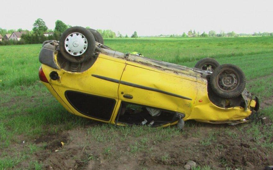 """Nuo kelio nulėkusi """"Ford Fiesta"""" kūlversčiais nusirito į pievą"""