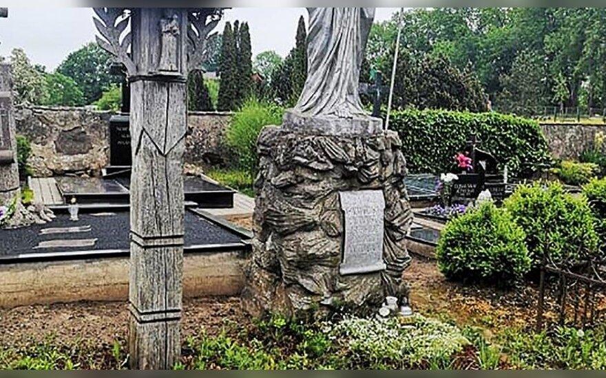 Plungėje – nerimas dėl senųjų kapinių: griūvanti tvora ir apleisti žinomų žmonių kapai