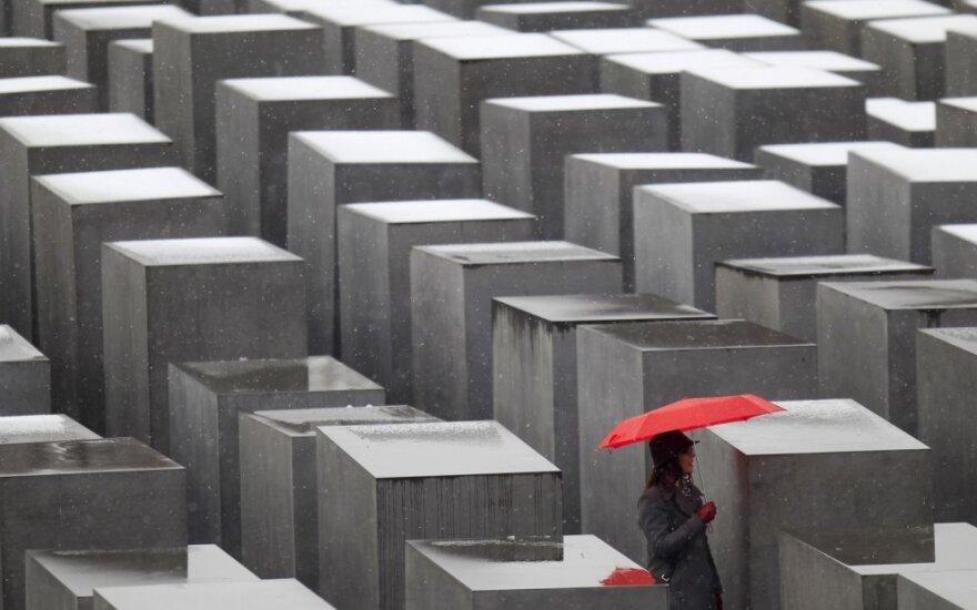 Berlyne prie memorialo Holokausto aukoms uždegtos 75-ios žvakės