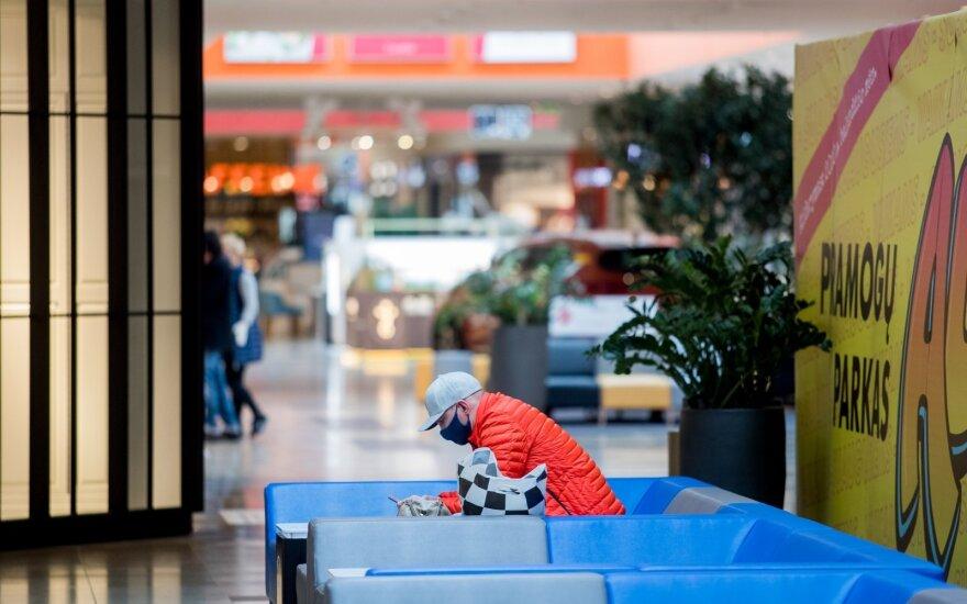 Apytuščiai vėl atsidarę prekybos centrai: žmonių srautai krito, pajamos mažėjo 300 tūkst. eurų