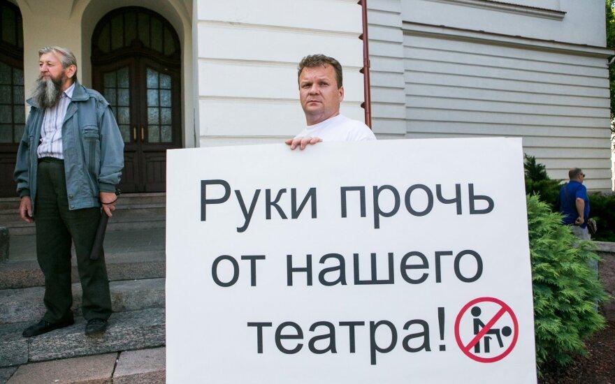 Rusų sąjungos nariai protestuoja prieš gėjų renginį Rusų dramos teatre