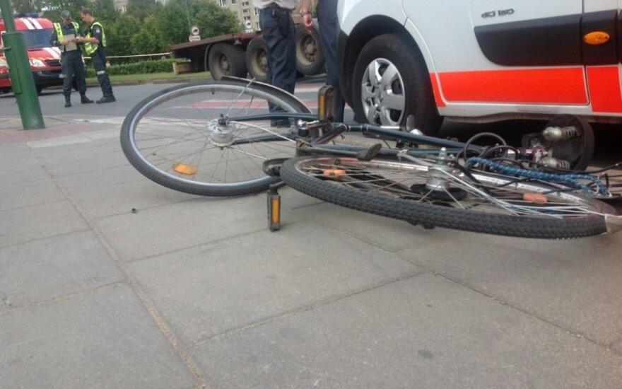 Skaudi nelaimė Anykščiuose: kritęs po automobilio ratais žuvo dviratininkas