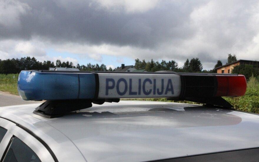 Avarija prie Aukštadvario: nuo kelio nuskriejo ir apsivertė automobilis