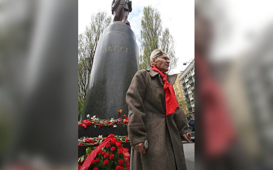 Veteranas prie paminklo V.Leninui