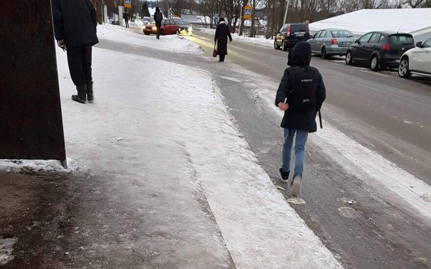 Šaligatviai prie Riešės gimnazijos padengti ledu, mokiniams tenka eiti keliu