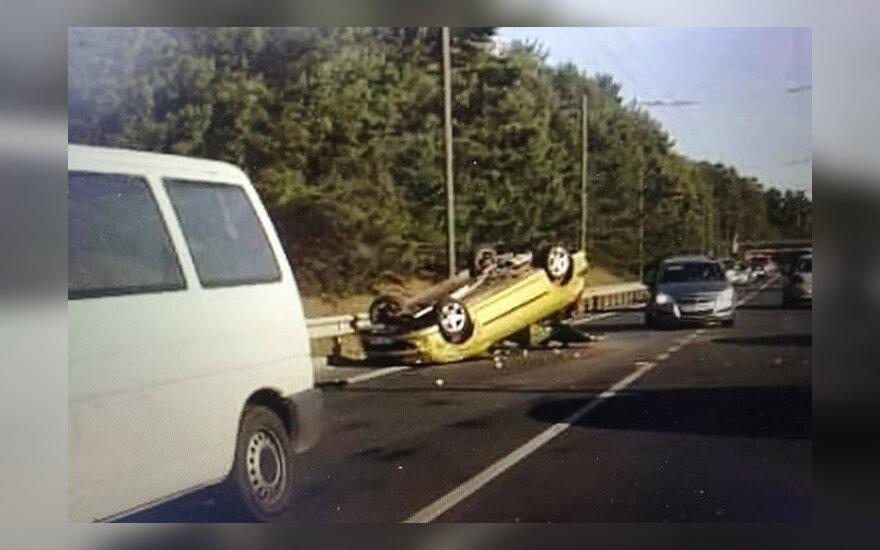 Kaune per avariją vienas automobilis vertėsi ant stogo