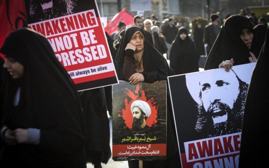 Sunitai Teherane (Iranas) demonstracijoje prieš Saudo Arabiją ir šiitų dvasininkui Nimra al Nimrui įvykdytą egzekuciją