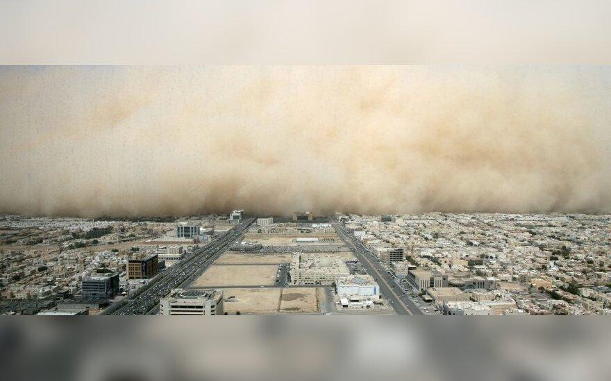 Smėlio audra artinasi prie Saudo Arabijos sostinės Rijado
