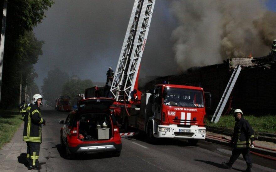 Vilniuje – didžiulis gaisras: užsiliepsnojo dalis senos gamyklos