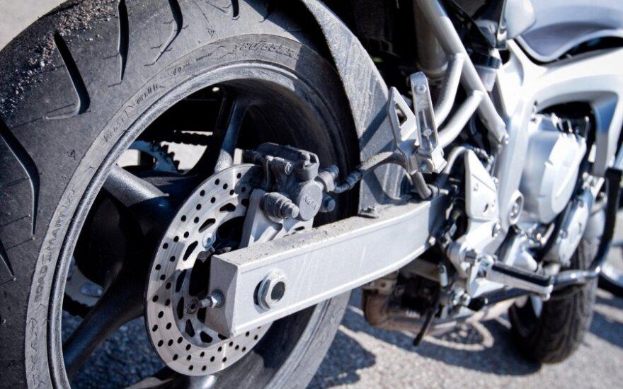 Nepatyrusią vairuotoją išgąsdino skubantis motociklo vairuotojas