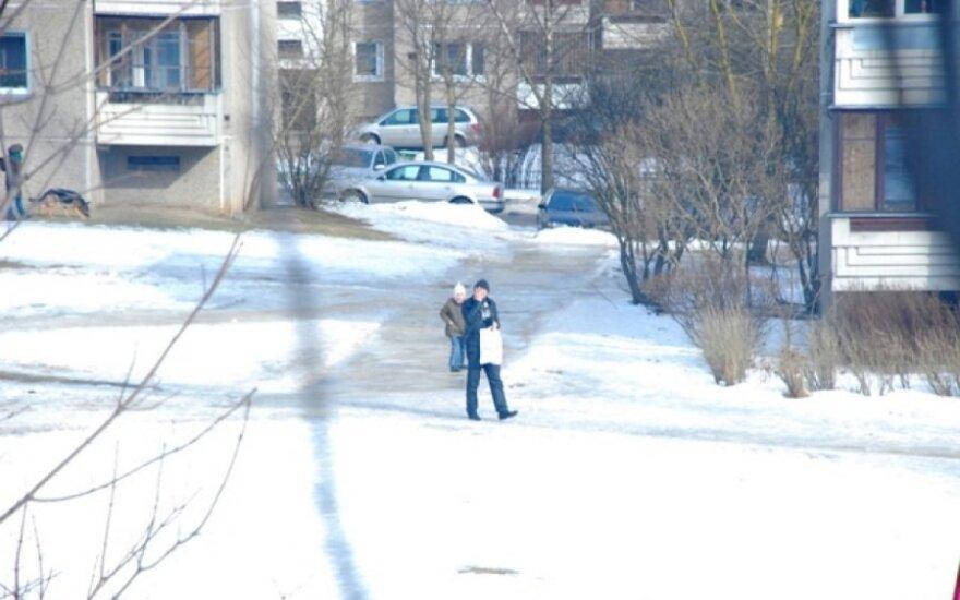 Vaikų žaidimų aikštelėje įtartinai besielgusį nuotraukose užfiksuotą vyriškį sulaikė policija