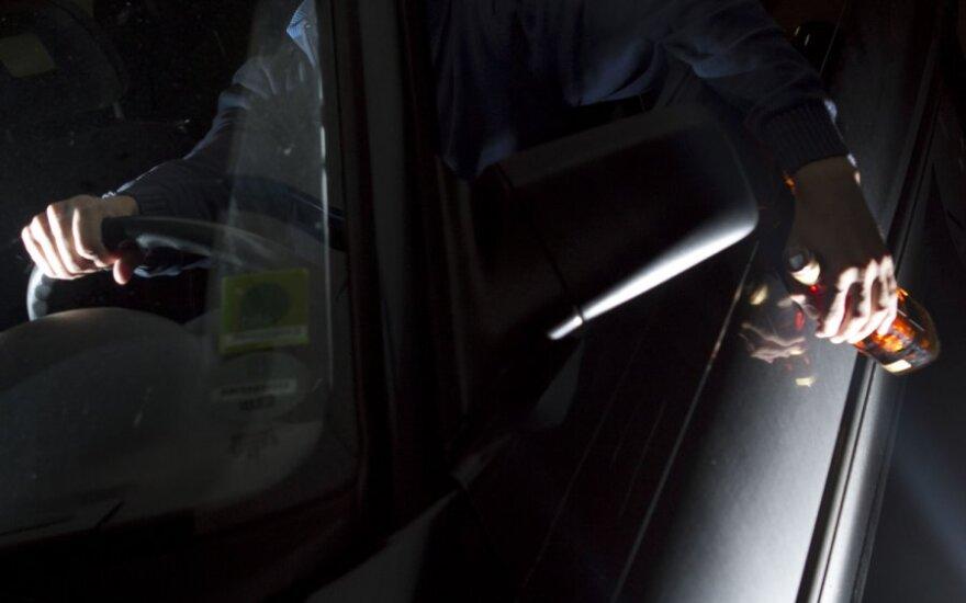 Girtas vairuotojas aiškino, kad automobilis važiavo pats