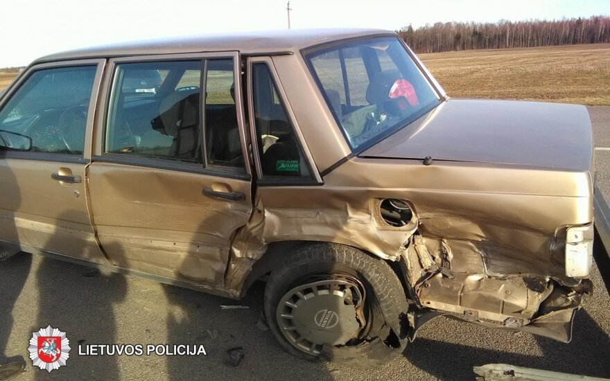 BMW sukėlė avariją, sunkiai apgadinti automobiliai