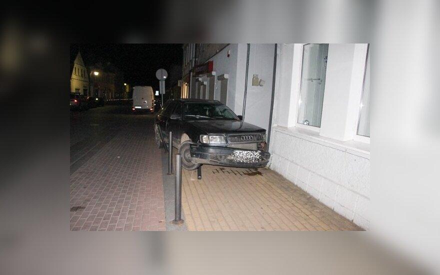 """Jurbarke girto 14-mečio vairuojamas """"Audi"""" trenkėsi į parduotuvę"""