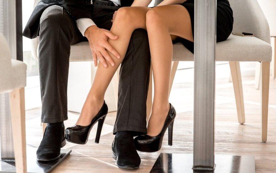 Vaikinas flirtuoja su bendradarbe, bet prisiekinėja, kad tarp jų nieko nėra