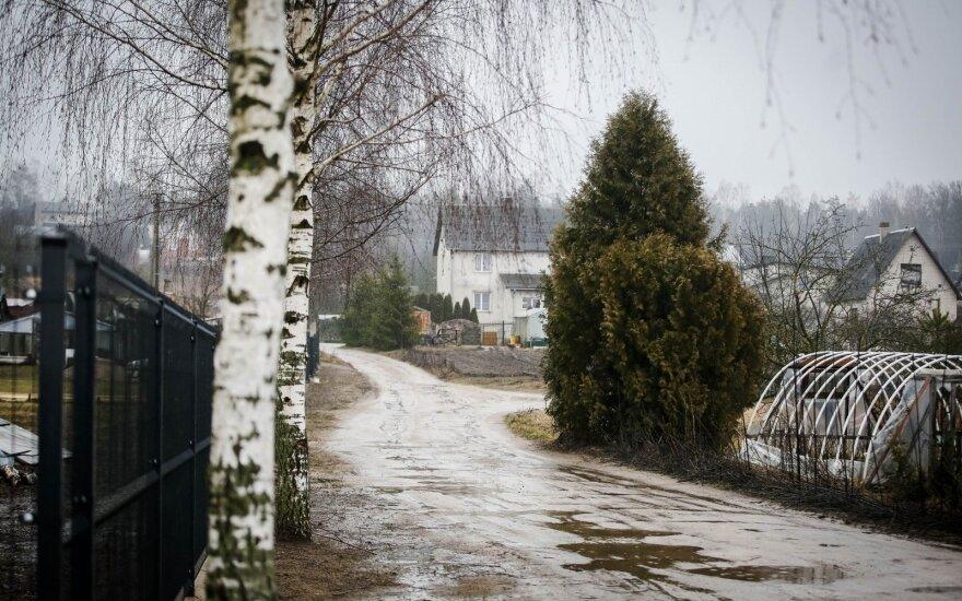 Dieną eismo sąlygas sunkins trumpi lietūs, vietomis smarkūs, ir stiprus vėjas