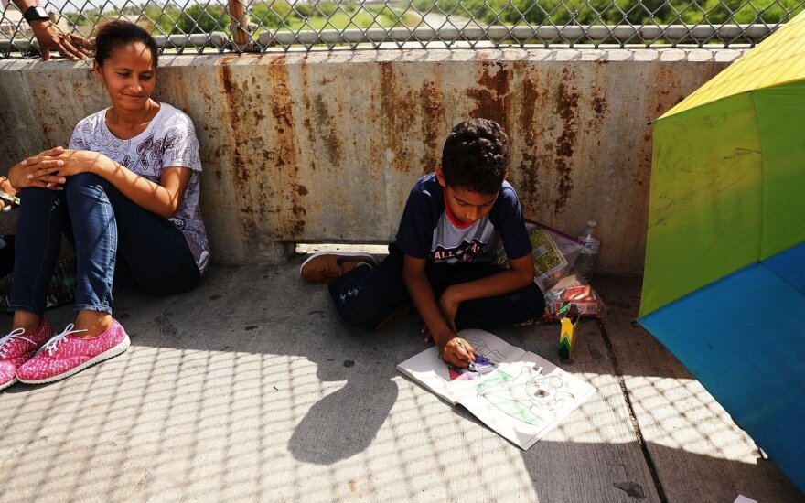 JAV teisėjas nurodė sujungti išskirtas migrantų šeimas