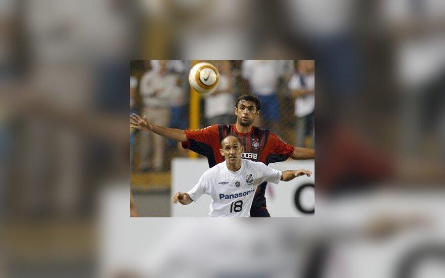"""Dėl kamuolio kovoja San Paulo """"Sao Paulo"""" ir Buenos Airių """"River Plate"""" futbolininkai"""