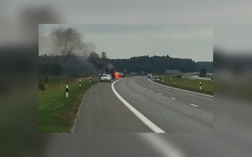 Kelyje Vilnius - Panevėžys degė automobilis