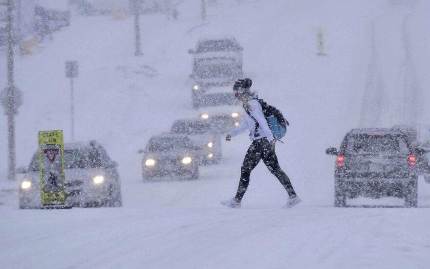 Pamirškite balandžio liūtis: JAV Vidurio Vakarai užkloti sniegu
