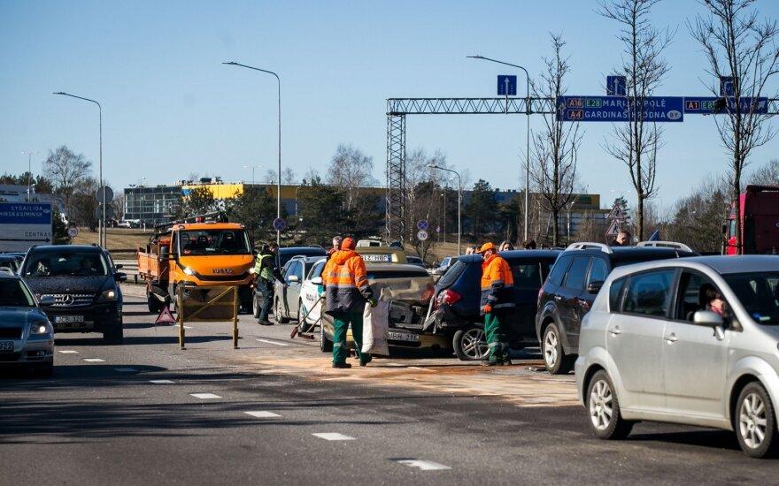 Prie Gariūnų susidūrė trys automobiliai, prireikė ir medikų, ir ugniagesių