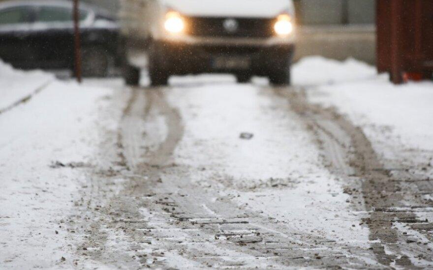 Vakarų ir šiaurės Lietuvoje eismo sąlygas sunkina sniegas ir plikledis