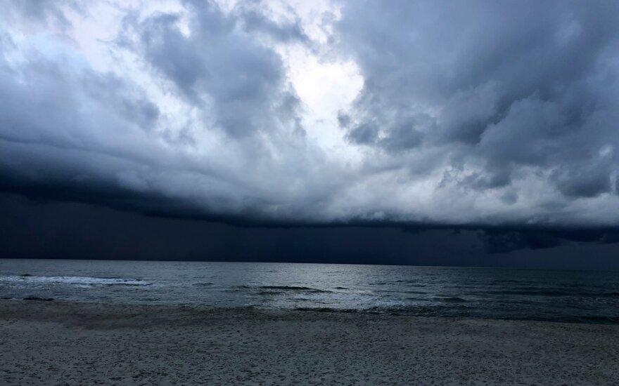 Per Baltijos jūrą keliauja ciklonas: į Lietuvą atplūs pokyčiai – griaudės perkūnija, siautės stiprus vėjas