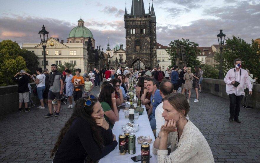 """Prahoje – """"atsisveikinimo su koronavirusu"""" vakarėlis"""