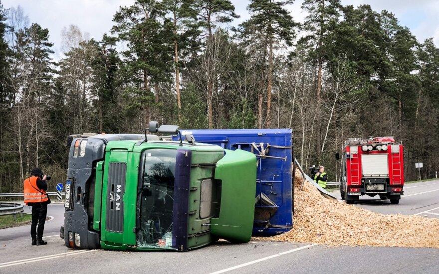 Vilniaus pakraštyje apvirto vilkikas – krovinys išbyrėjo ant kelio