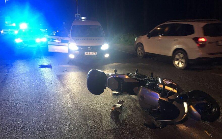 """Vilniaus pakraštyje """"Lexus"""" susidūrė su motociklu: medikų pagalbos prireikė abiem vairuotojams"""