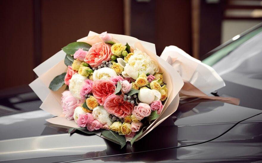 Gėlės buvo vežamos juodu autobusiuku su laidojimo paslaugų įmonės logotipu ant šono.