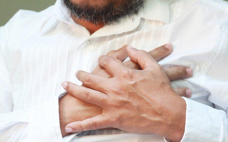 Klinikoje budėjęs slaugas ištikus infarktui pats sau suteikė pagalbą