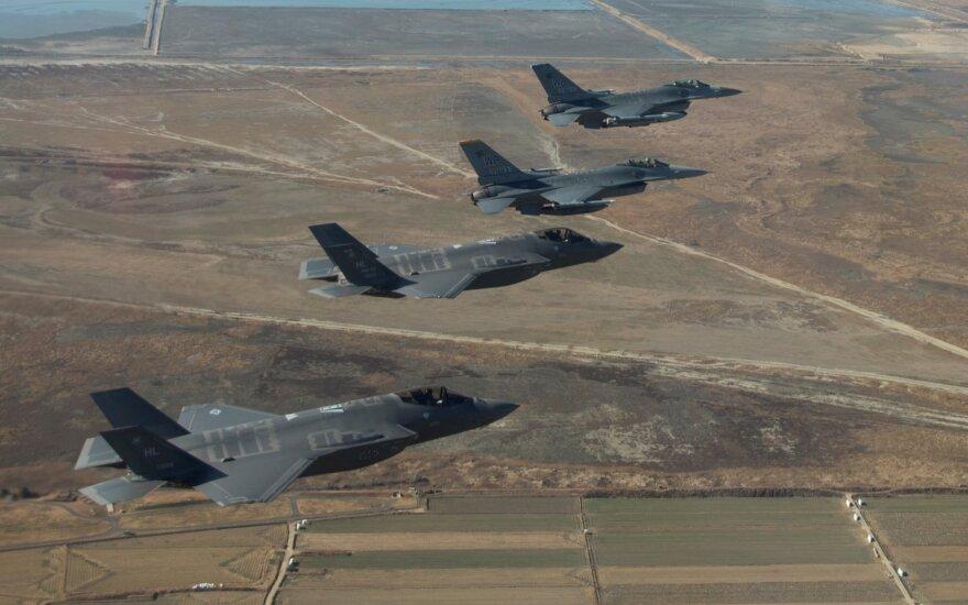 JAV ir Pietų Korėja patvirtino atšaukiančios bendras karines pratybas