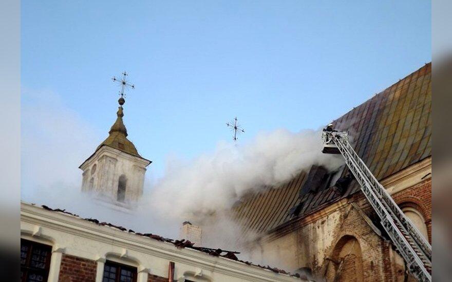 Tytuvėnų vienuolyną apdraudusi bendrovė teigia negaunanti ikiteisminio tyrimo išvadų