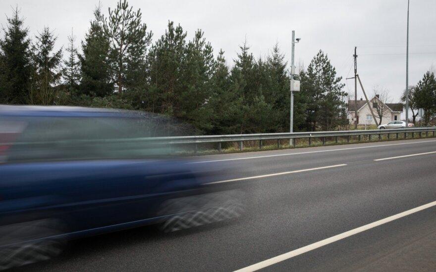 Vyriausybė tarsis, ar leisti mažesnes baudas viršijantiems greitį ne pirmą kartą